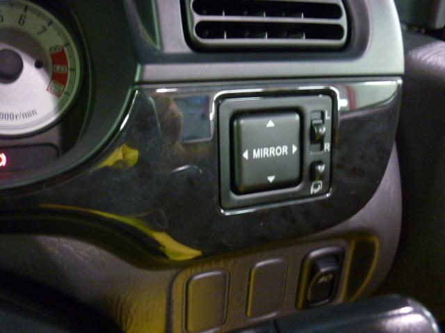 【電動格納式ミラー】ボタン一つで、ミラーの開閉ができます。すれ違いの時や、パーキングの時にこすりにくくなりますよ!