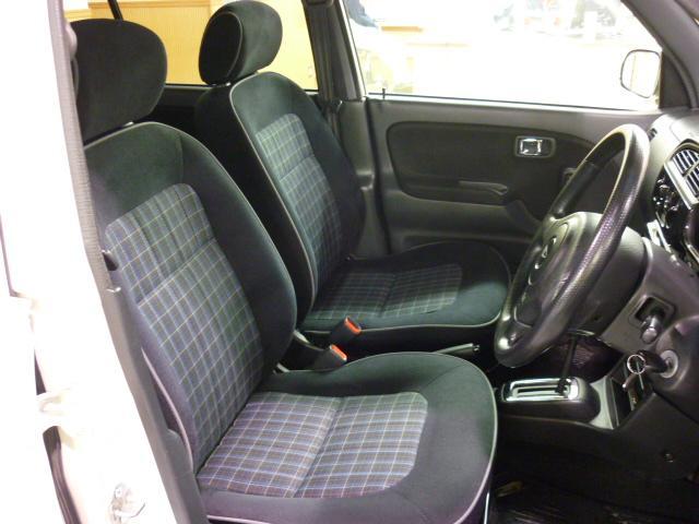 内装のシートには黒のチェック柄モケットシートを採用。小ぶりなシートですが、体にピタッと吸いつく感じで座り心地が良いです。