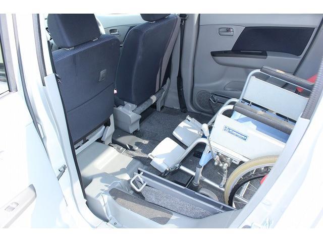 セカンドシートを外して足元ゆったり乗車も可能です。