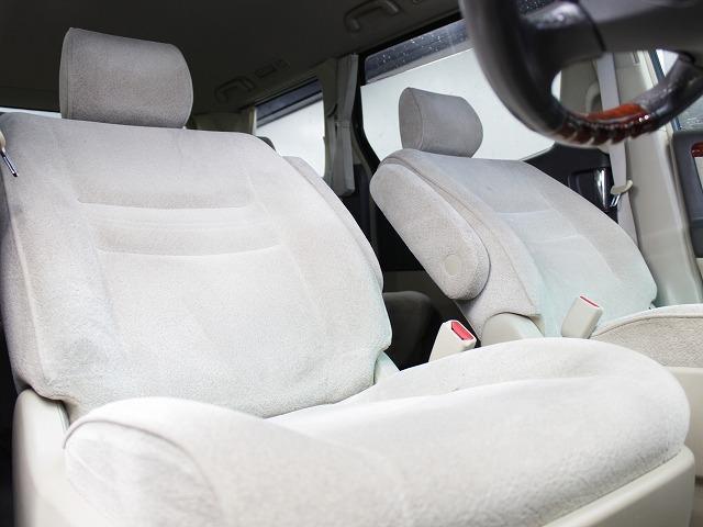 運転席廻りにも汚れやシミ等は無くとても綺麗な状態でお客様をお迎え致します。ドライバーズシートからの眺めはとても素晴らしいと思います。