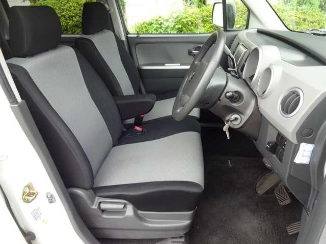 フロントシートは、前方をしっかり見渡せるよう、シート座面を高めに設定。サイド部も身体全体をサポートする形状になっています。乗り心地もいいですよ~!