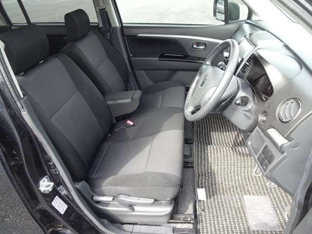 前方をしっかり見渡せるよう、シート座面を高めに設定。運転席は高さ調整もついており小柄な方でも視界良好です。サイドも身体全体をサポートします。またエアーバックは両席に装備で安全性も良くて安心ですよ~!