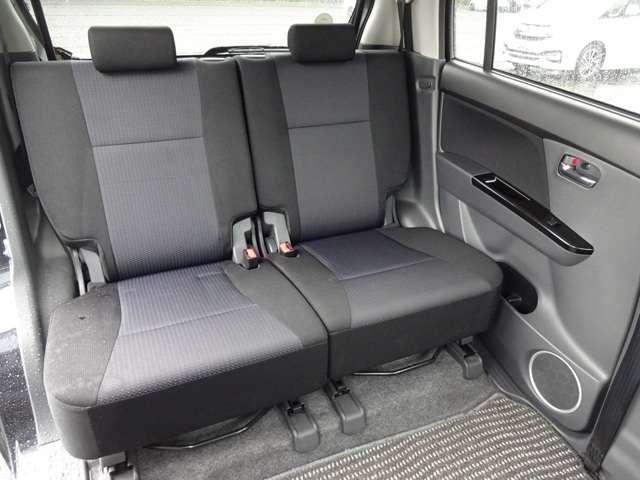 リヤシートは、シートの座面を考慮し、適度なホールド感をもたせ、ゆとりある着座姿勢を保てるようにシートバックの角度を適度に設定したシートにしています。長距離にも十分適してます。