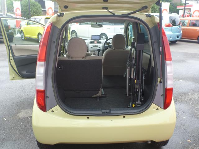 車いすを載せるには後席(運転席側)を畳みます