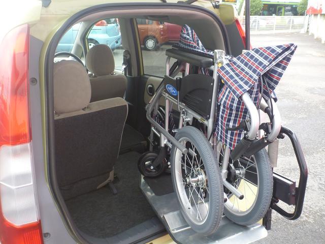 車いすを載せたままでも片手で持ち上げられます