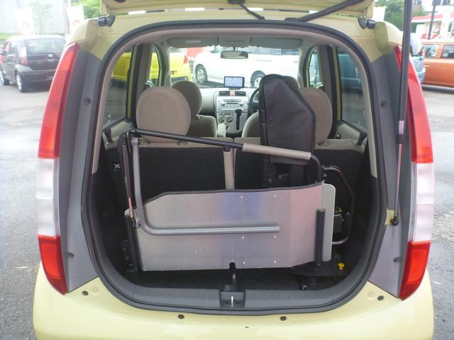 2つの後席を使用する場合、車いす固定装置をこの位置にセットします