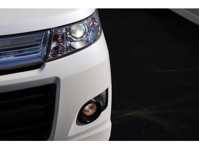 ディスチャージヘッドライト&フォグランプの組み合わせで夜間の視界を明るく確保!
