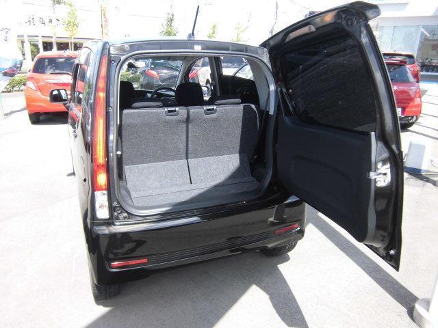 ムーヴでおなじみの横開きタイプのバックドアです。狭いところでも荷物の載せ降しが可能です。