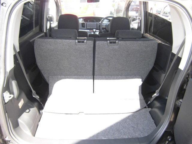 後部座席は前後にスライドさせられますので、多いな荷物も載せられます。
