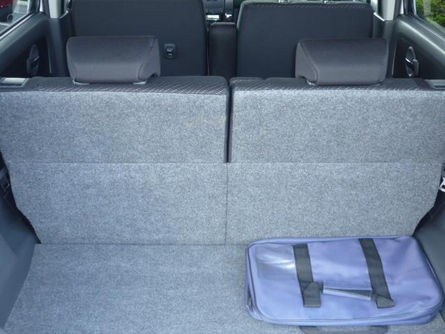 リクライニングが可能なリアシートで、前後移動も可能ですから、広く使えます。