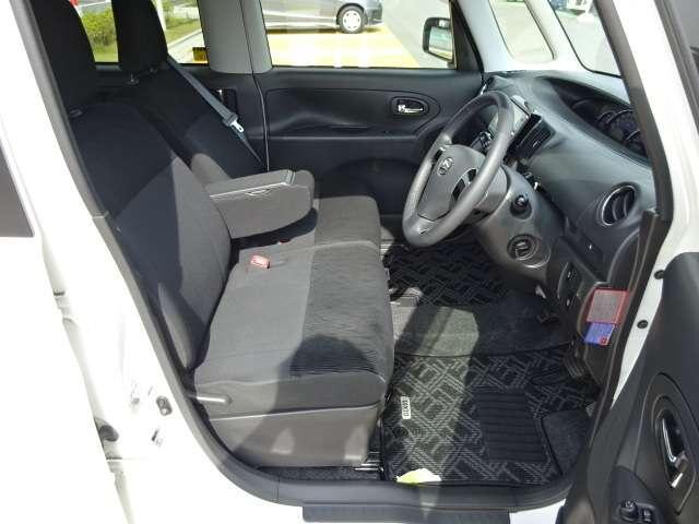 運転席と助手席の間にはアームレストが装備されています!