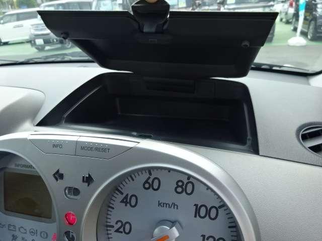 インパネ中央部分には収納スペースがあります!車検証入れがすっぽり入る大きさです!運転手さんがよく使うサングラスやパーキングチケットなどを入れてもいいですね♪