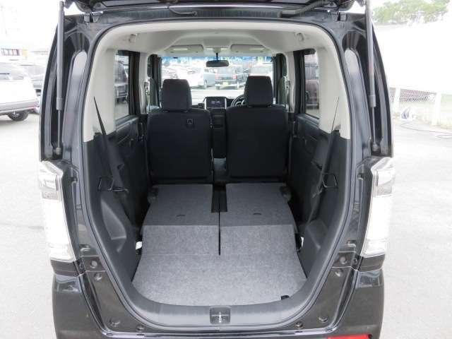 後席をたたむと更に広々です!大きな荷物にも対応できます!