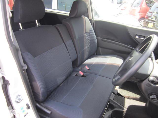 運転席のシートは、ベンチシートスタイルですから、左右どちらのドアからも乗降りが出来て便利です。