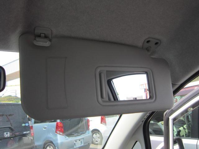 運転席のバイザー裏には、身支度に便利な、バニティミラーも付いています。