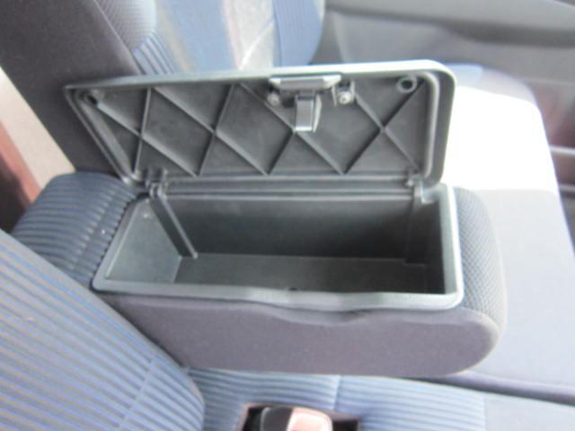 運転席のアームレストには、小物入れも付いています。