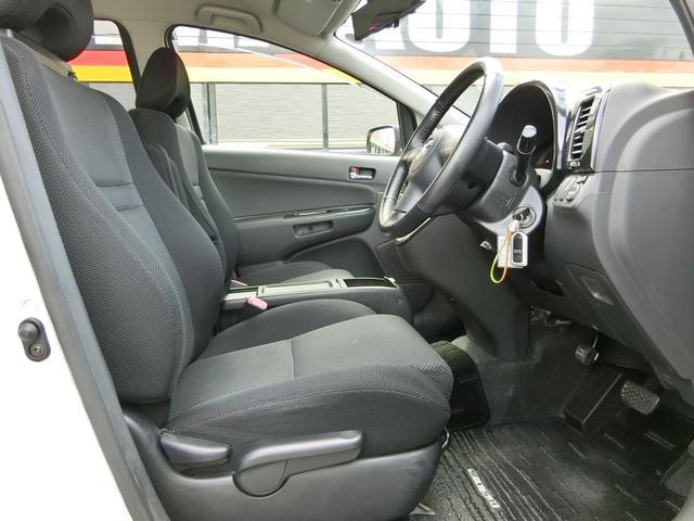 長時間のドライブでも疲れにくい、ホールド性重視の設計となったフロントシート。