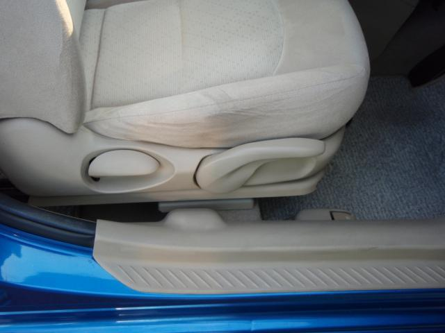 運転席シートリフターで運転しやすい高さに座面を調整できます。