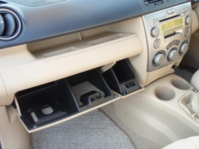 収納ボックスは、左右それぞれ使い分けができます!車検証入れは左奥に挿し込む場所がありますので、かなりのスペースを自由な収納スペースとして使用可能ですよ♪