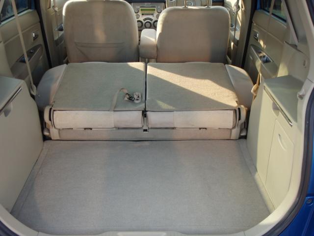 リアシートも前方に倒すことができるので、大きめの荷物を積むのに役立ちます!