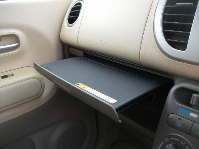 助手席には、机も装備されていますのでチットしたときに便利アイテム