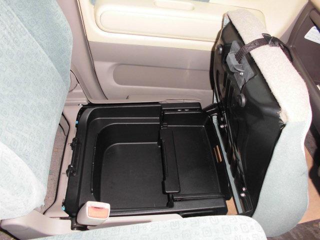 助手席シート下に便利な収納スペース