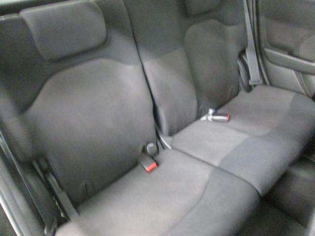 後席にもゆったり座れるスペースを確保しています。
