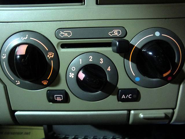 シンプルで使い易いダイヤル式のエアコンです。車内をいつでも快適にしてくれますよ。