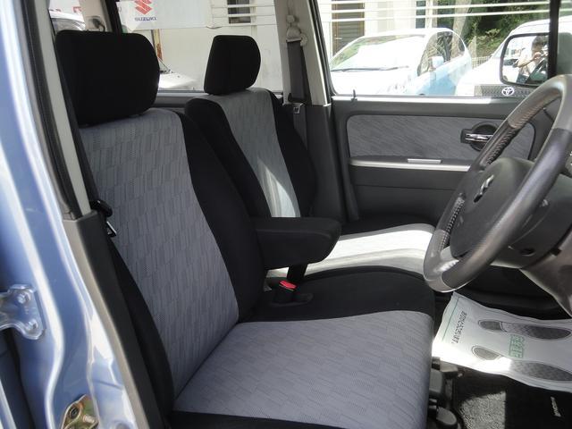 前席はゆったりとしたベンチシートです。コラムシフトで足元は広々として開放的でサイドウォークスルーが可能です!