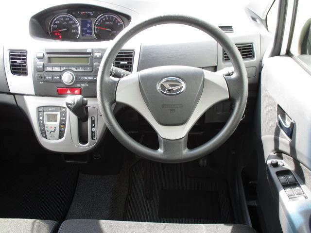 センターメーターを採用で運転手の前方視界がひらけます・・・。 しかも運転席とメーターが離れていますので視点が合わせやすいというメリットが存在しています。