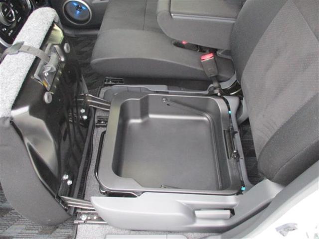 助手席座面下には大型収納付き。 車検証などを入れておけば、グローブボックスを有効に活用できます。