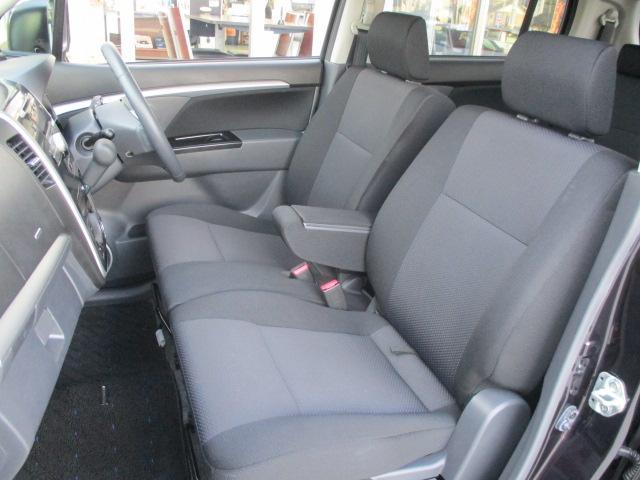 フロントシートはベンチタイプで軽ながら、ゆったりとくつろげれるシート廻りです。センターアームレストも有ります。