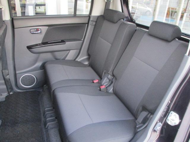 リヤシートの広さはどうでしょう。大人4人が余裕で乗り込めます。