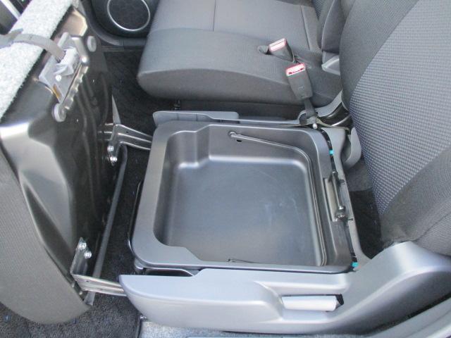 助手席側のシートクッションの下のは収納スペースが有ります。結構便利ですね。