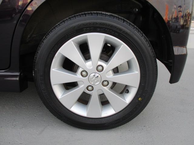 155/65R14のタイヤサイズです。アルミホイールは純正タイプ、スポークタイプでスポーティーですね。