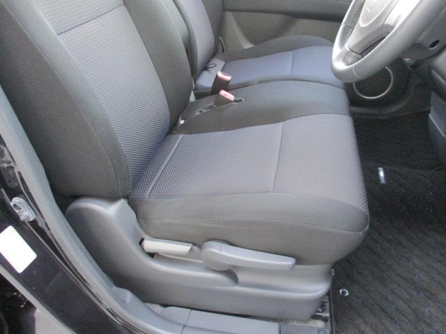 運転席横に有りますレバーを作動させますと、シートクッション部が上下して背の低い女性の方でも、前方視界が良好です。
