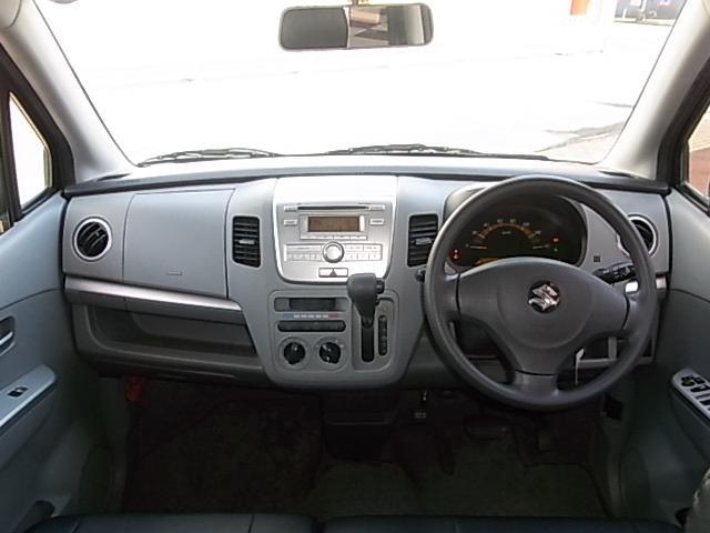 明るい色調で開放的な運転席周り。操作系もシンプルで使いやすいです。
