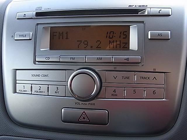 純正CDオーディオが装備されています。スイッチボタンが大きく操作しやすいです。