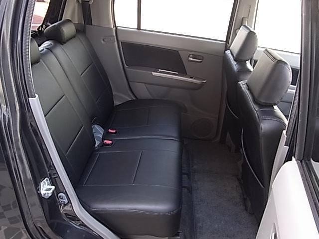 リアシートは使用感少なくキレイな状態です。前席を最後端にした状態でも後席足元の余裕はたっぷりあります。