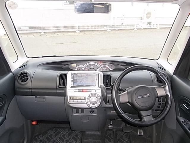 広いグラスエリアで全方位視界良好で開放的な車内空間です。大型のセンターメーターは運転中の目線移動が少なく安全性も高まります。