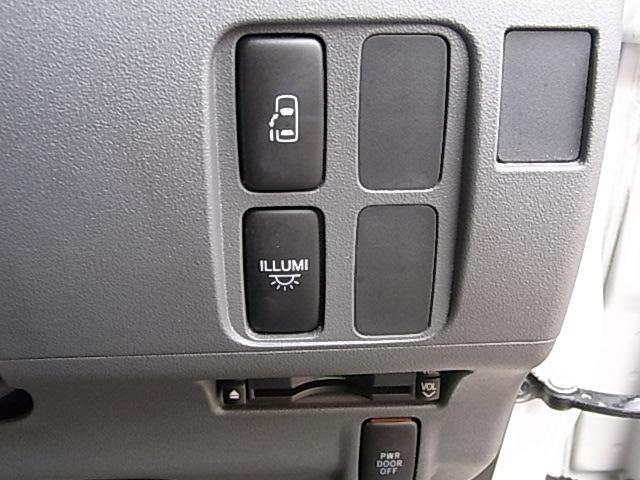 パワースライドドアは運転席右前方のスイッチでも開閉可能です。イルミのスイッチはオーバーヘッドコンソール内臓のイルミネーション用です。