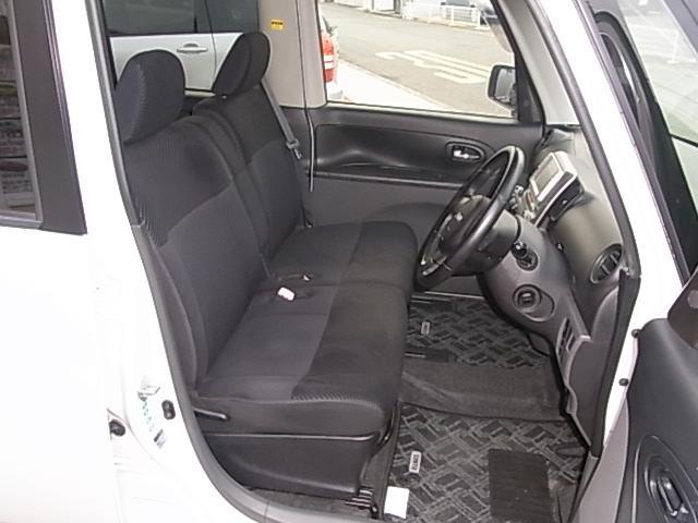 広く開放的な運転席。フロントシートはベンチシートとなります。