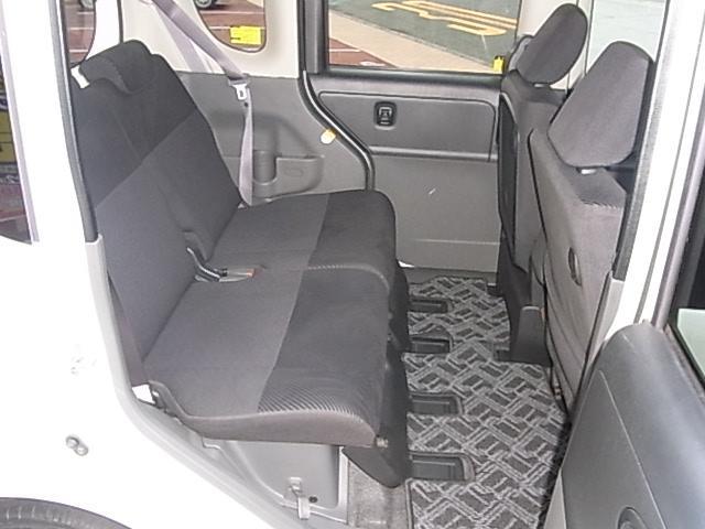 リアシートの広さは現在でもトップクラス。前席を最後端にしても画像のような足元空間を確保できます。