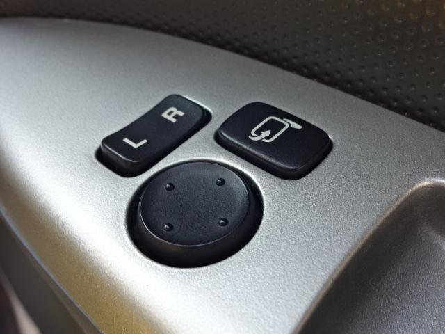 シートに座ったままドアミラーの角度調節や開閉ができる電動格納ミラー★