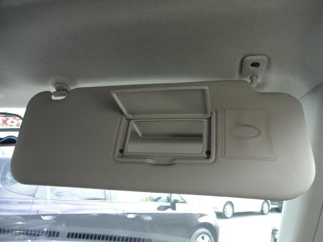 ★運転席頭上のサンバイザーにはミラーがついていますのでちょっとした身だしなみチェックもでき便利ですね★