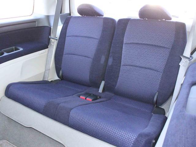 使用感がほとんどなく、とてもきれいな状態のサードシートです。こちらのシートを格納すると、十分なスペースを確保するラゲッジスペースとなります。