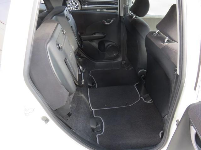Honda自慢の「センタータンクレイアウト」により、後部座席は跳ねあげることも可能で、観葉植物など背の高い荷物を積むことができます。