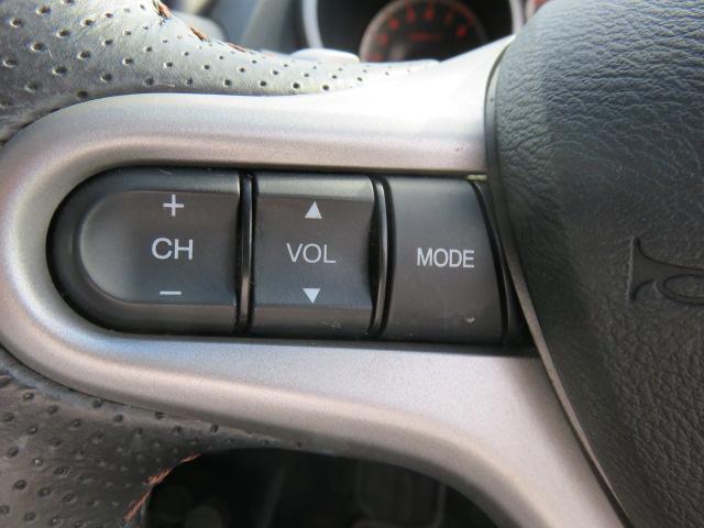 運転中もハンドルでのオーディオ操作が可能です。特に高速道路等の目が離せない運転時には、便利さだけでなく、安全性も兼ね備えております。
