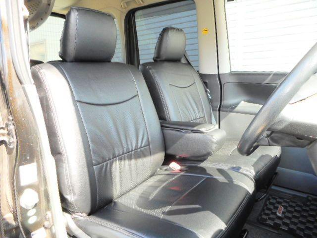 新品黒革調シートカバーでスタイリッシュ(^^♪広々とした後席でゆったり快適です☆
