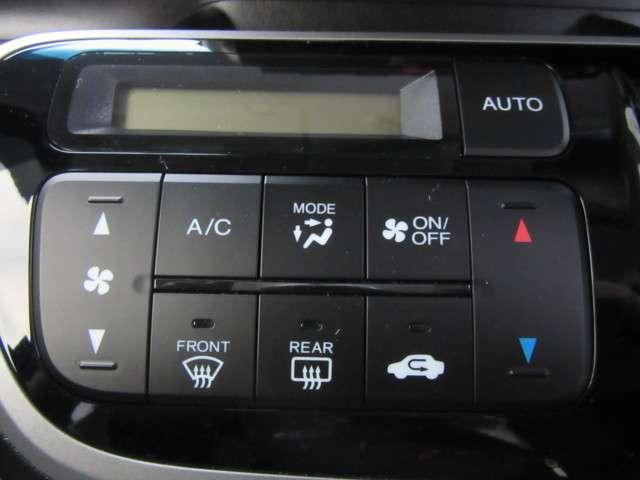 好みの温度を設定するだけで、エアコンの風量やモード切替を、自動でコントロールしてくれるかんたん操作のフルオートエアコンです。わずらわしいスイッチ操作が不要となりますので運転に集中できますよ 。
